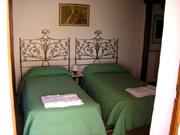 Florenz Ferienwohnung: Schlafzimmer mit zwei Doppelbetten der Ferienwohnung Fienile
