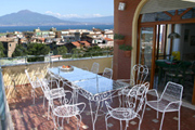 Appartement � Sorrente: Terrace �quip�e de table et chaises avec vue-mer de l'Appartement Chiara � Sorrente