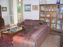 The living-room with the sofa and the bookcase of the  Bed and Breakfast San Pietro a Roma