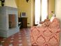 Wohnung in Florenz: Wohnzimmer mit Kamin und Doppelbettsofa der Wohnung Donato in Florenz